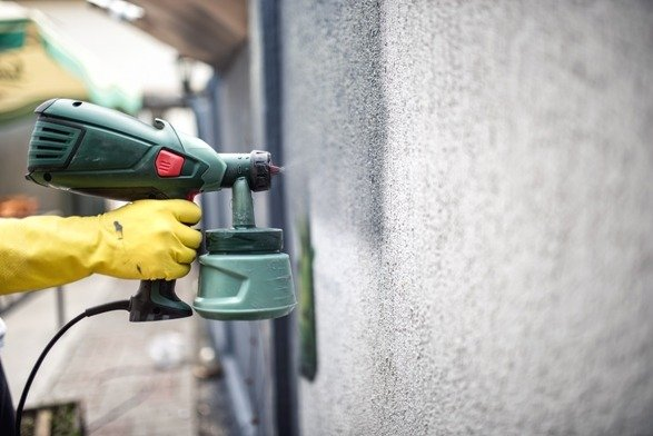Painting a wall with a spray paint